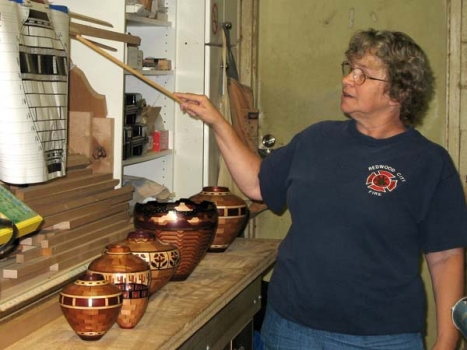 Linda begins the Segmented Woodturning 101 class. Her 325 slides are available on CD from the club librarian.